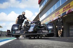 Mechanics with the car of Lewis Hamilton, Mercedes F1 W11, in the pit lane