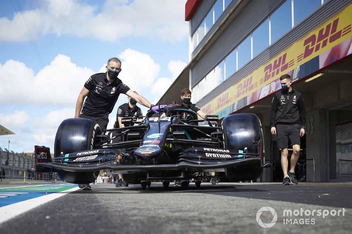 I meccanici con l'auto di Lewis Hamilton, Mercedes F1 W11, in pit lane