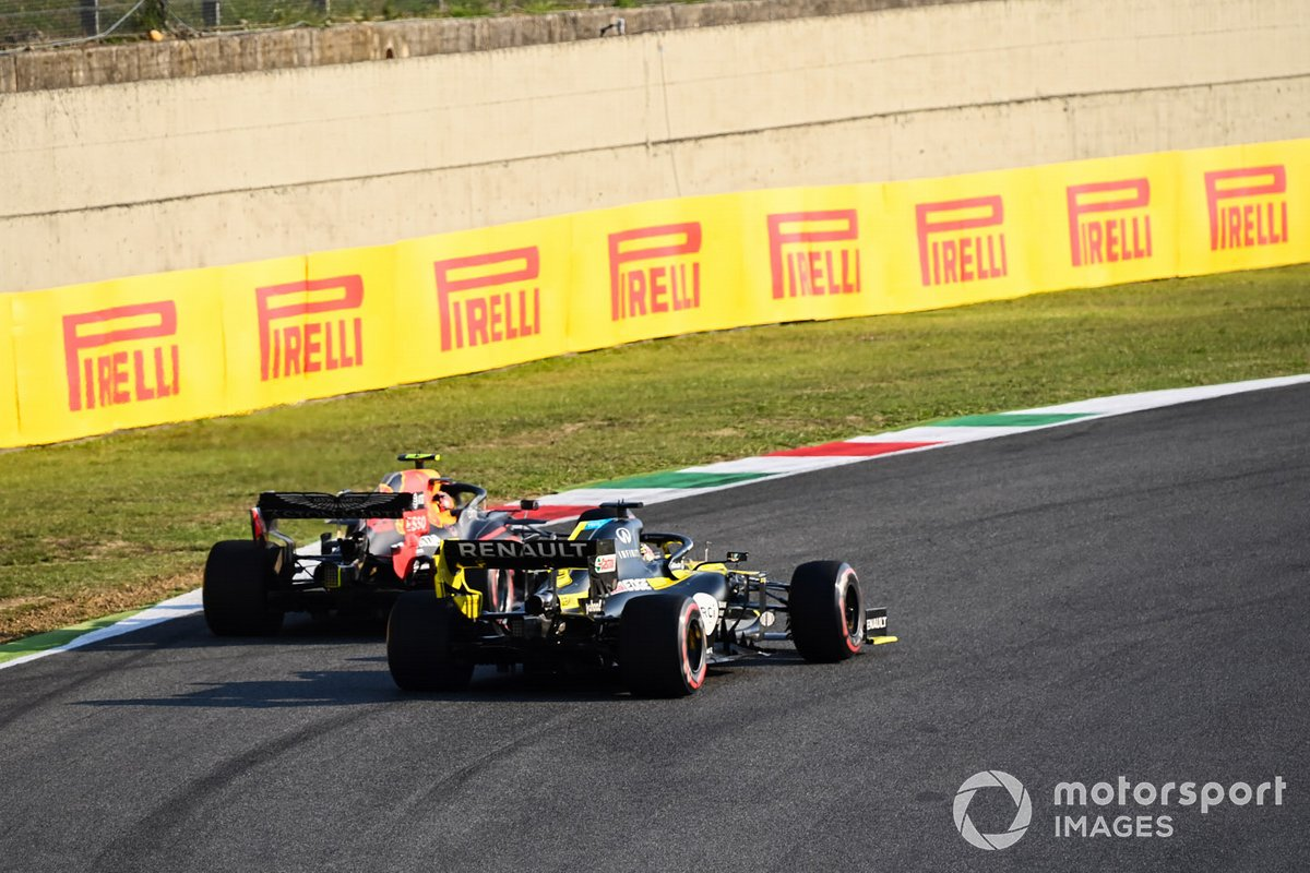 Alex Albon, Red Bull Racing RB16, battles with Daniel Ricciardo, Renault F1 Team R.S.20