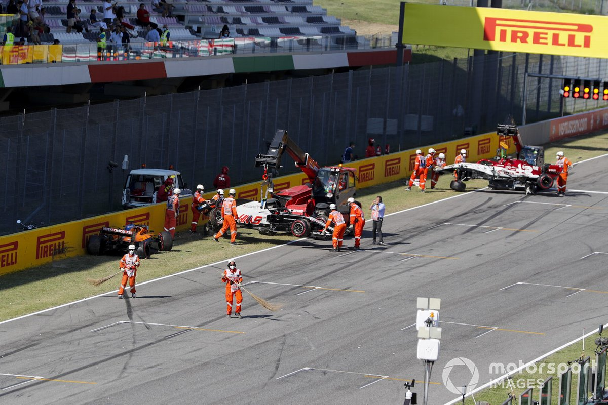Auto di Carlos Sainz Jr., McLaren MCL35, Kevin Magnussen, Haas VF-20 e Antonio Giovinazzi, Alfa Romeo Racing C39 viene recuperata dai marshal