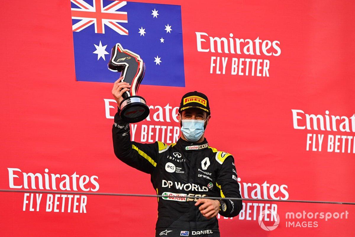 Daniel Ricciardo, Renault F1, terzo classificato, con il suo trofeo