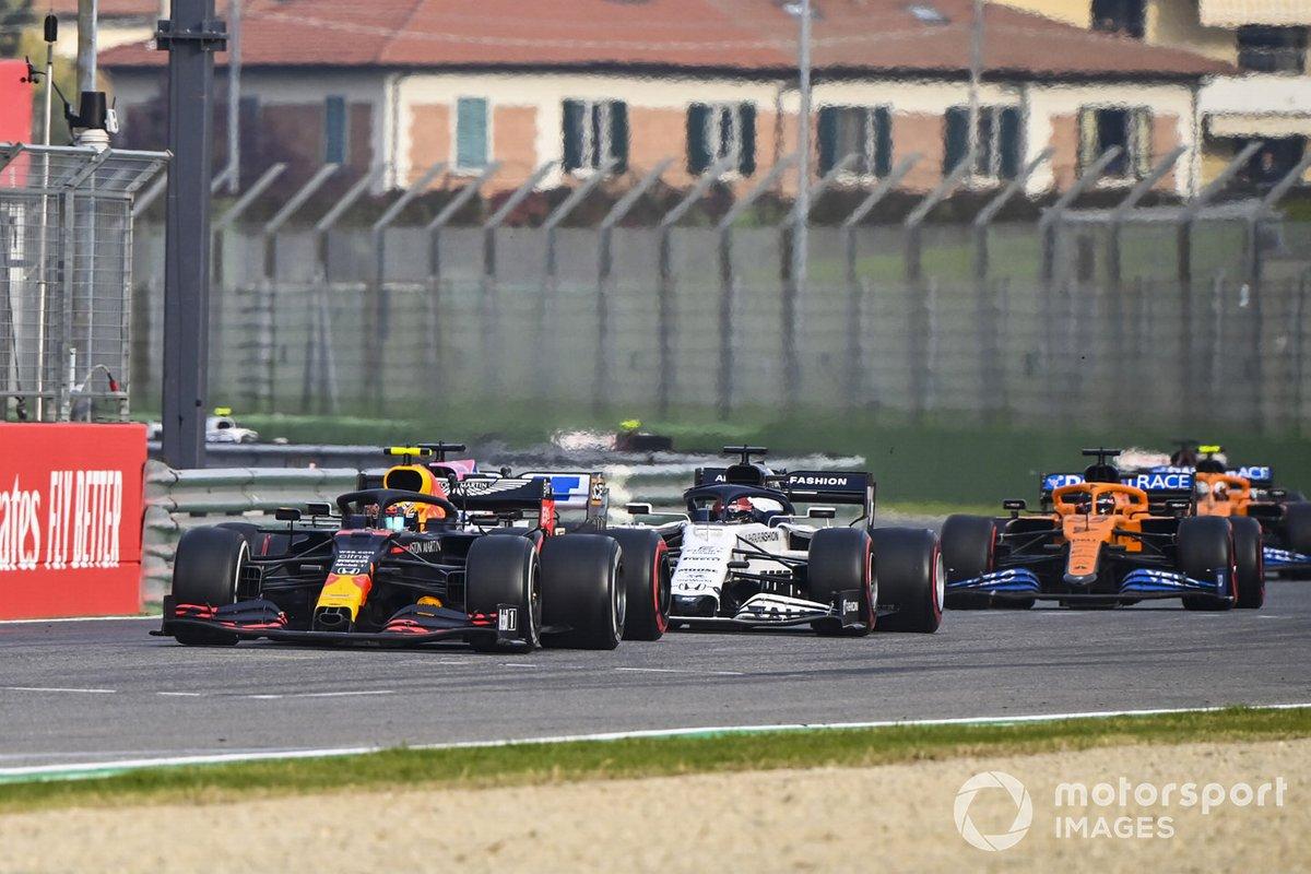 Alex Albon, Red Bull Racing RB16, con Daniil Kvyat, AlphaTauri AT01, Sergio Pérez, Racing Point RP20 y Carlos Sainz Jr., McLaren MCL35