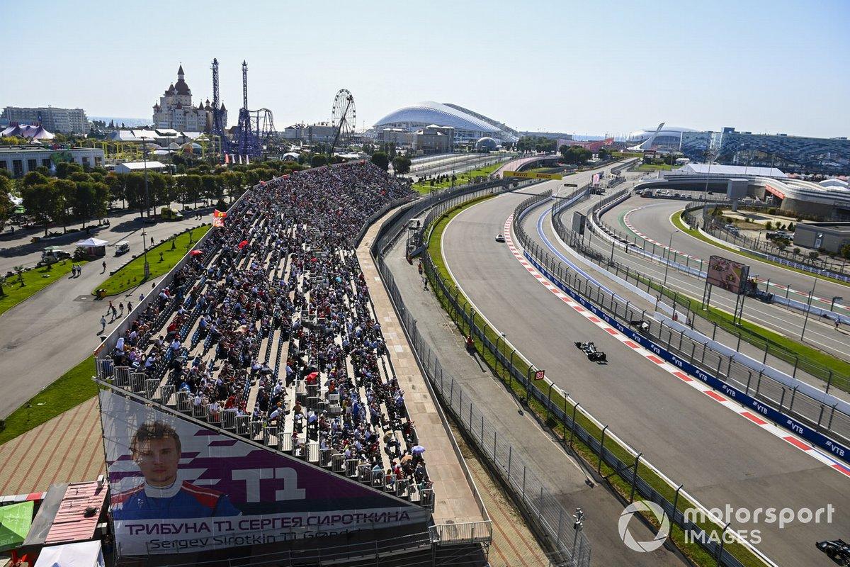 La Safety Car Lewis Hamilton, Mercedes F1 W11, Valtteri Bottas, Mercedes F1 W11, e il resto del gruppo