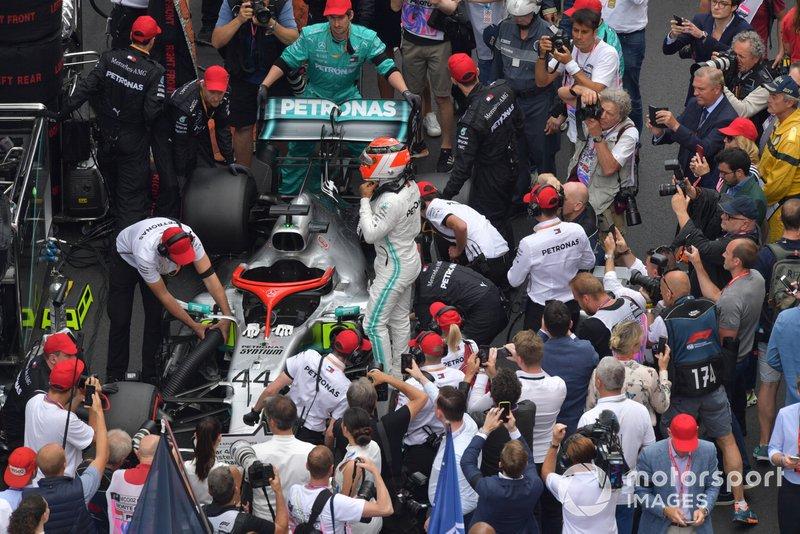 Lewis Hamilton, Mercedes AMG F1 W10, en la parrilla