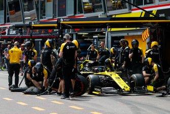 Daniel Ricciardo, Renault R.S.19, au stand