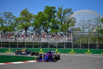 Daniil Kvyat, Toro Rosso STR14, leads Romain Grosjean, Haas F1 Team VF-19