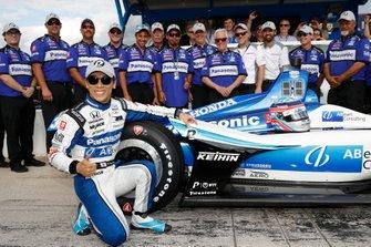 NTT P1 Award winner Takuma Sato, Rahal Letterman Lanigan Racing Honda fête sa pole position