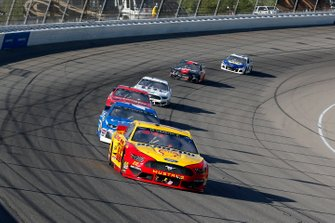 Joey Logano, Team Penske, Ford Mustang Shell Pennzoil and Kyle Larson, Chip Ganassi Racing, Chevrolet Camaro Credit One Bank