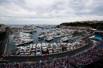 Льюис Хэмилтон, Mercedes AMG F1 W10, и Макс Ферстаппен, Red Bull Racing RB15