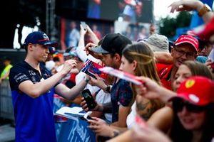 Daniil Kvyat, Toro Rosso signe un autographe pour un fan