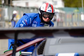 Mechanic #66 Ford Chip Ganassi Racing Ford GT: Stefan Mücke, Olivier Pla