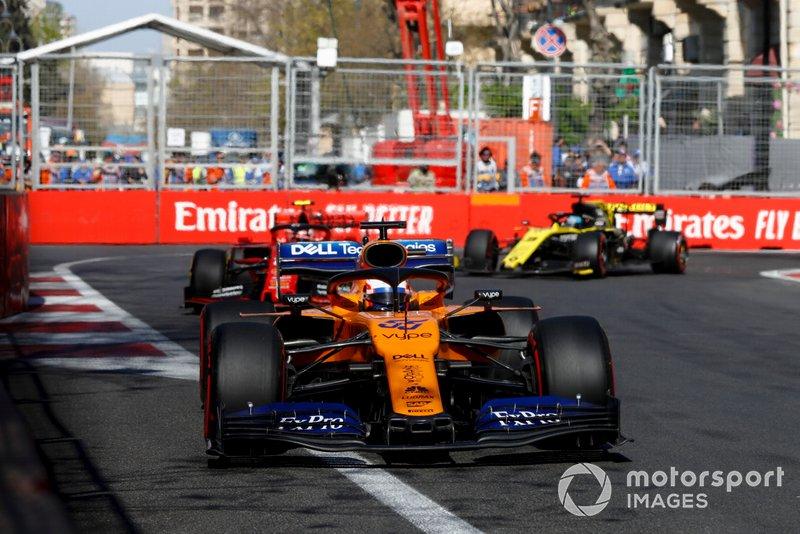 Carlos Sainz Jr., McLaren MCL34, Charles Leclerc, Ferrari SF90 y Daniel Ricciardo, Renault R.S.19