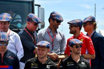 David Coulthard, Mark Webber, Sebastian Vettel, Ferrari, Daniil Kvyat, Toro Rosso, Kevin Magnussen, Haas F1, and Romain Grosjean, Haas F1, saluent l'anniversaire de Sir Jackie Stewart