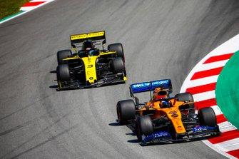 Carlos Sainz Jr., McLaren MCL34, devant Daniel Ricciardo, Renault R.S.19