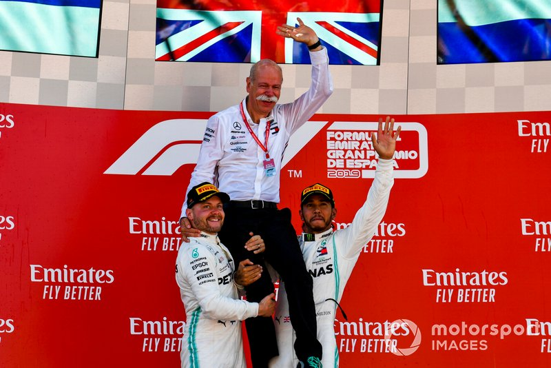 Podio: segundo lugar Valtteri Bottas, Mercedes AMG F1, Dr Dieter Zetsche, CEO, Mercedes Benz, y ganador de la carrera Lewis Hamilton, Mercedes AMG F1