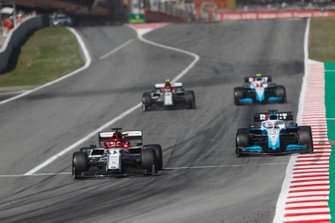 Kimi Raikkonen, Alfa Romeo Racing C38, precede George Russell, Williams Racing FW42, Antonio Giovinazzi, Alfa Romeo Racing C38, e Robert Kubica, Williams FW42