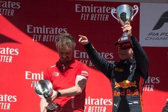 Podium: tweede plaats Juri Vips, Hitech Grand Prix