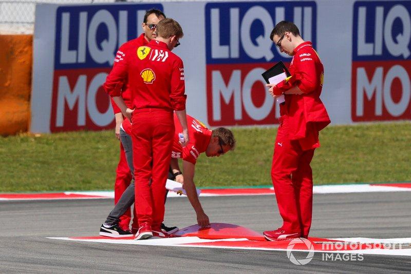 Sebastian Vettel, de Ferrari, inspecciona un bordillo