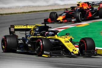 Daniel Ricciardo, Renault R.S.19, leads Pierre Gasly, Red Bull Racing RB15