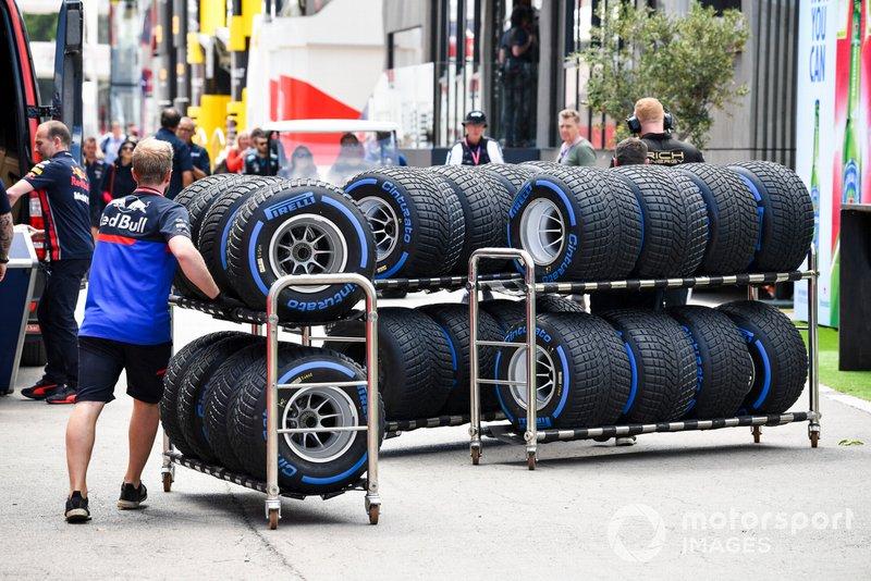 El mecánico de Toro Rosso con neumáticos Pirelli para lluvia está en el paddock