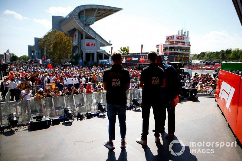 Kevin Magnussen, Haas F1 y Romain Grosjean, Haas F1 en el escenario de la Fan Zone