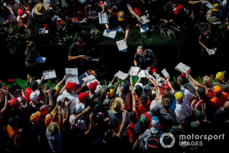 Robert Kubica, Williams Racing, firma autógrafos para los fans