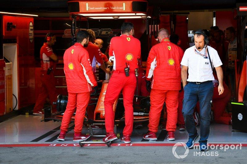 The Ferrari team discuss an issue with the car of Sebastian Vettel, Ferrari SF90