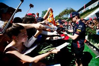 Max Verstappen, Red Bull Racing zet een handtekening