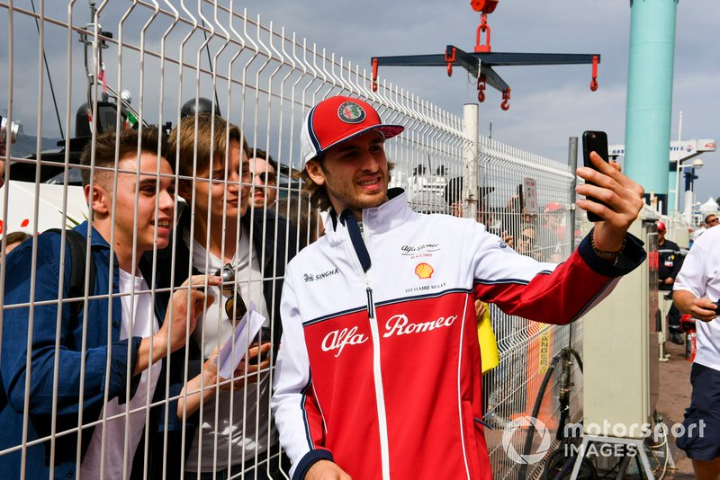 Antonio Giovinazzi, Alfa Romeo Racing takes a selfie with a fan