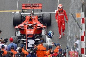 Valtteri Bottas, Mercedes AMG F1, terza posizione, e Sebastian Vettel, Ferrari, seconda posizione, al Parc Ferme