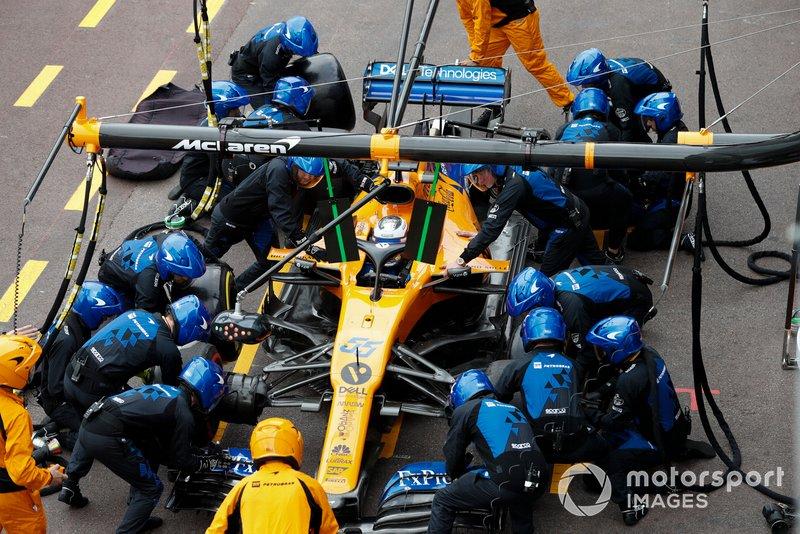 Carlos Sainz Jr., McLaren MCL34, pitstop