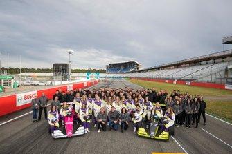 Les pilotes posent pour une photo de pré-saison avec Lee McKenzie, David Coulthard et les équipes