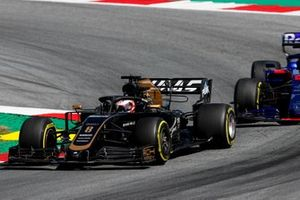 Romain Grosjean, Haas F1 Team VF-19, devant Alexander Albon, Toro Rosso STR14