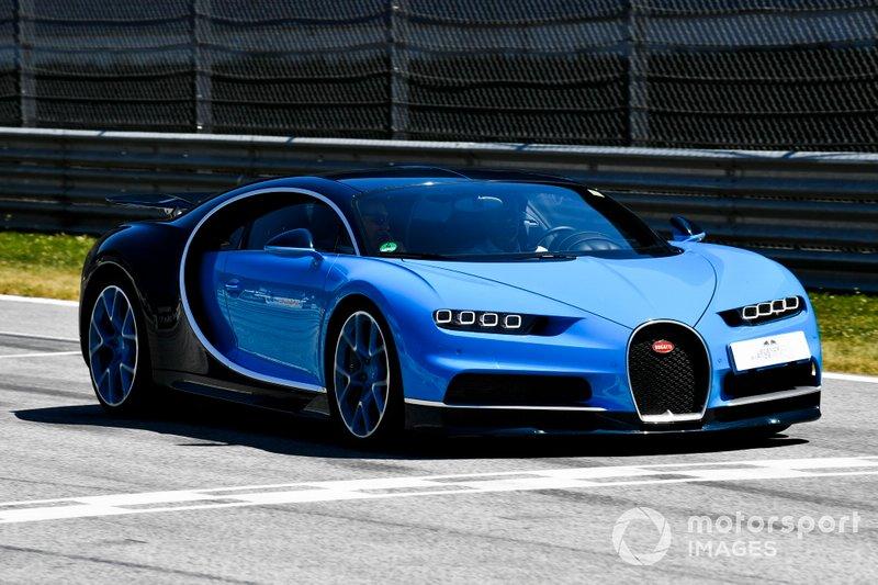 Un Bugatti Veyron en el desfile de Supercar con ex pilotos de F1