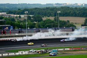 Garrett Smithley, Rick Ware Racing Chevrolet y Joey Gase, Petty Ware Racing Ford giran