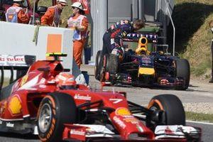 Sebastian Vettel, Red Bull Racing RB10 se detiene en la pista, Kimi Raikkonen, Ferrari F14 T