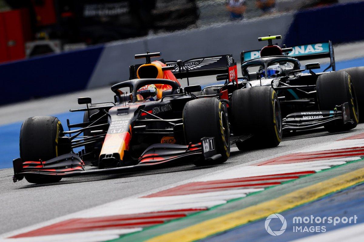 Max Verstappen, Red Bull Racing RB16, precede Valtteri Bottas, Mercedes F1 W11 EQ Performance