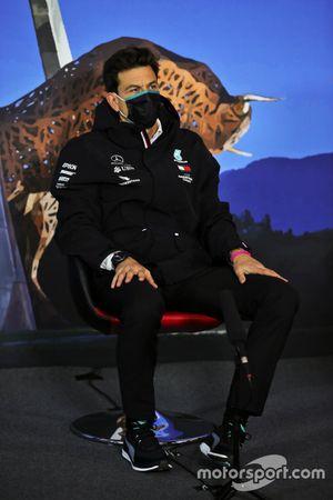 Toto Wolff, Mercedes AMG director del equipo en la conferencia de prensa