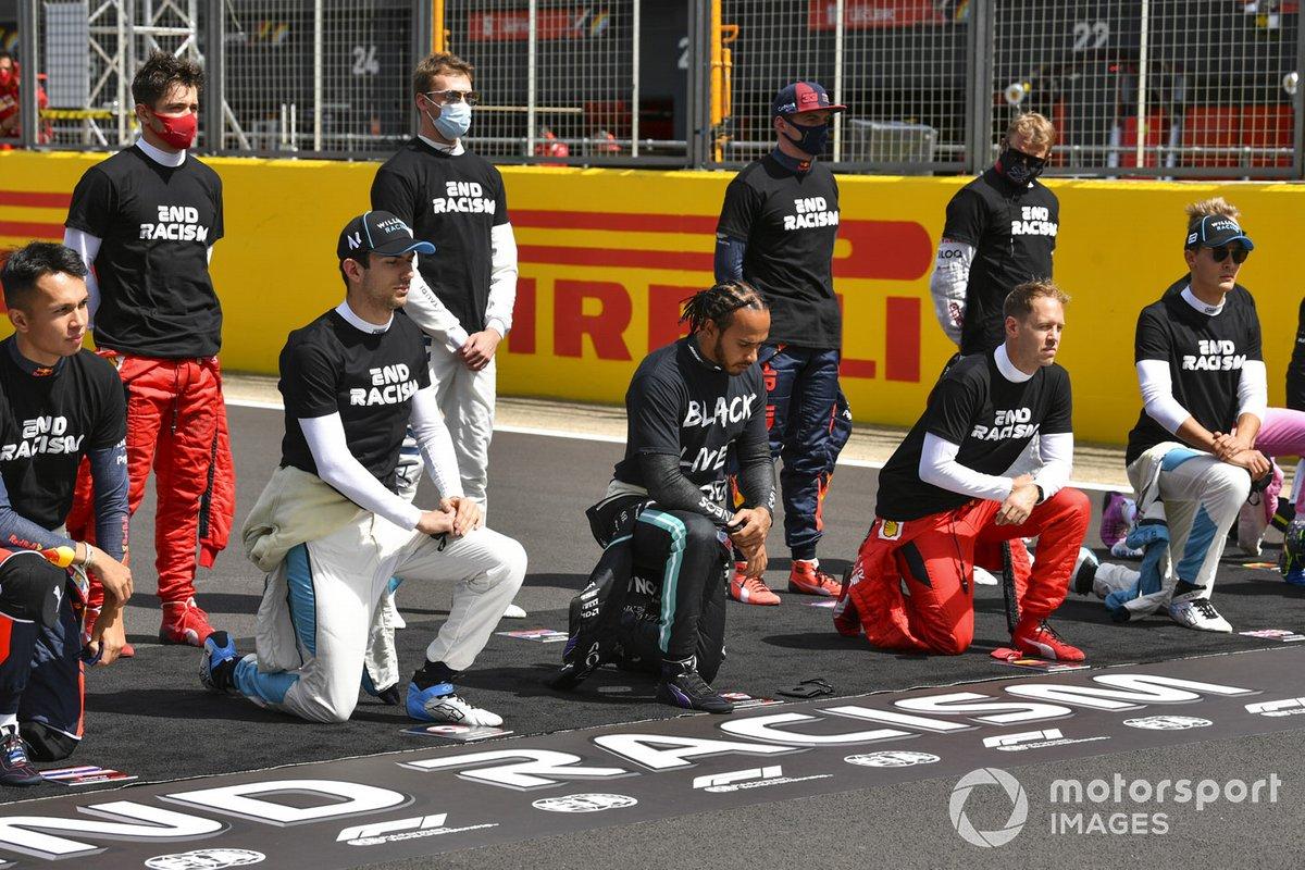 Lewis Hamilton, Mercedes-AMG F1, y los otros pilotos se arrodillan para mostrar su apoyo a la campaña para el fin del racismo