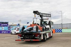 Une voiture de Formule E dépanné