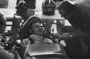 Graham Hill,Lotus 49C-Ford in una conversazione con il suo meccanico ai box, GP del Sud Africa del 1970