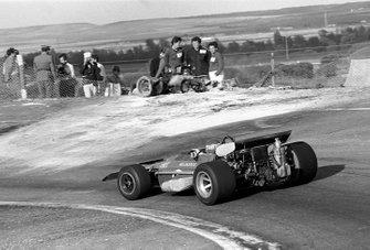 Johnny Servoz-Gavin, March 701,pasa por los restos quemados de Jackie Oliver, BRM después de un accidente en la primera vuelta con Jacky Ickx, Ferrari