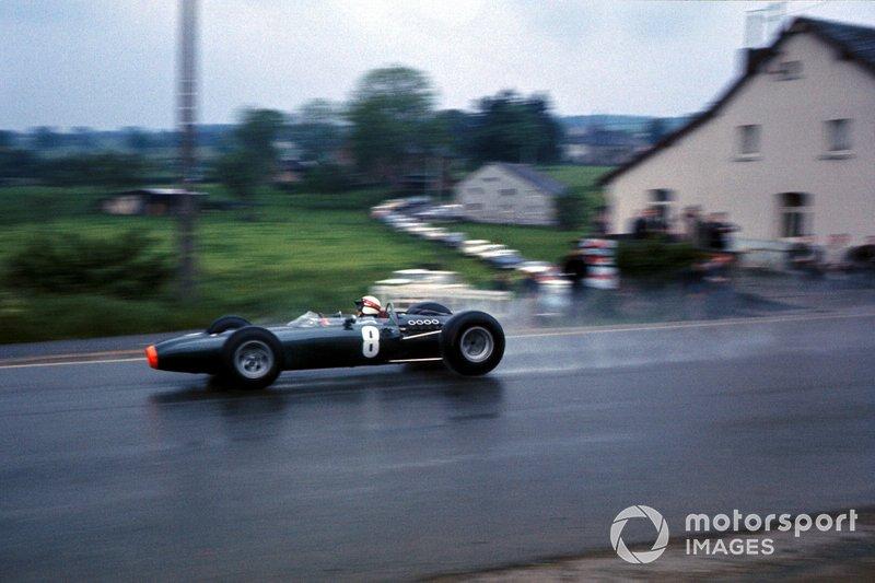 На этом участке в гонке 1966 года молодой Джеки Стюарт попал в аварию, которую называл самой серьезной в карьере. Его машина вылетела с асфальта и перевернулась, а ее топливный бак лопнул. Хорошо, что Грэм Хилл остановился и вытащил зажатого в кокпите без сознания шотландца