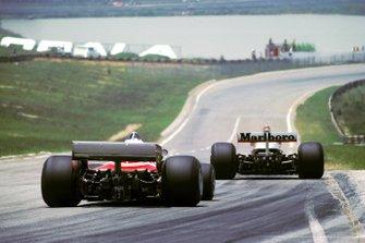 James Hunt, McLaren M23 leads Carlos Reutemann, Ferrari 312T2