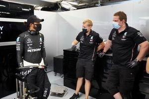 Lewis Hamilton, Mercedes-AMG Petronas F1 talking with engineers