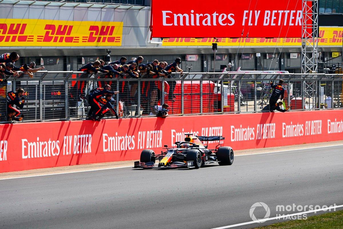 Ganador Max Verstappen, Red Bull Racing RB16 cruza la meta