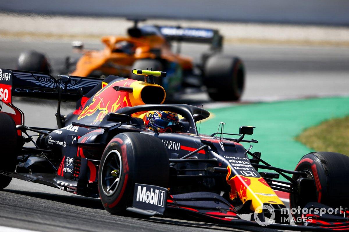 Alex Albon, Red Bull Racing RB16, precede Carlos Sainz Jr., McLaren MCL35
