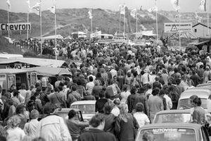La multitud en el camino hacia el circuito