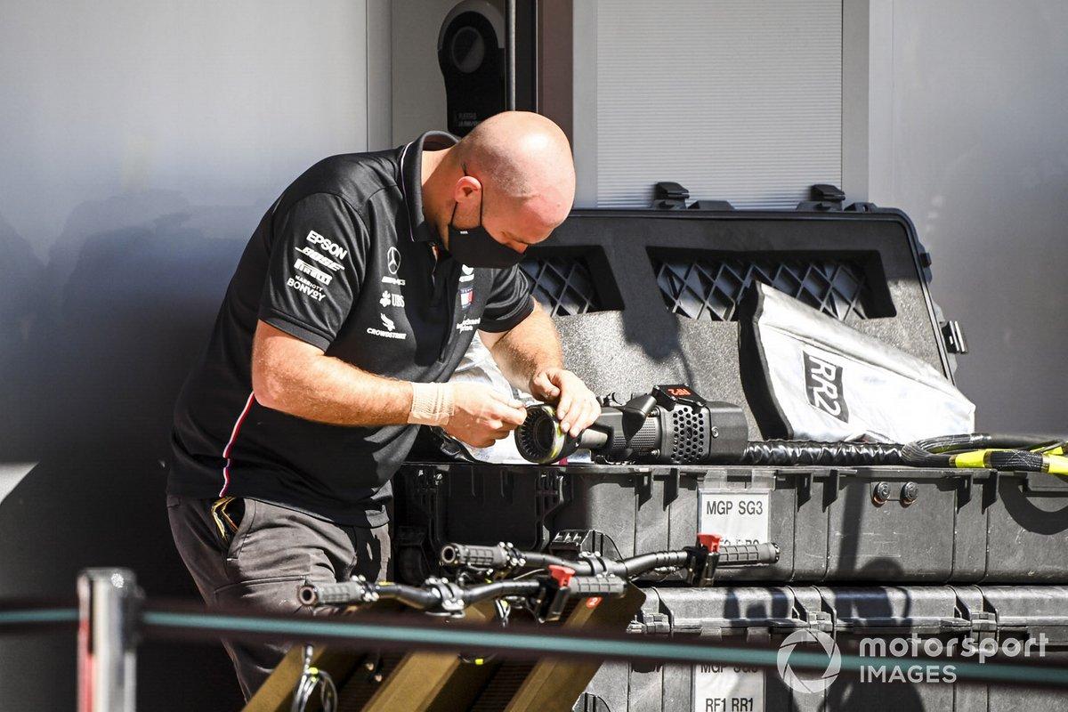 Un mecánico de Mercedes-AMG Petronas F1 trabaja con una pistola neumática