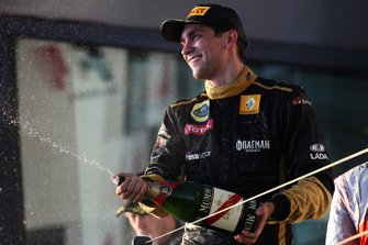 Podio: tercer lugar Vitaly Petrov, Lotus Renault GP celebra